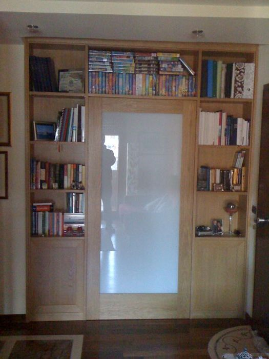 libreria divisoria con porta trattamento marmo cucina
